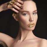 Fille de beauté avec le maquillage d'or image stock