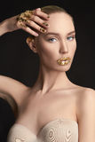 Fille de beauté avec le maquillage d'or photo libre de droits