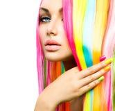 Fille de beauté avec le vernis à ongles coloré de cheveux et photos stock