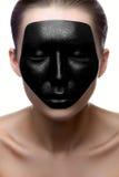 Fille de beauté avec le visage foncé sur la peau blanche Photo stock