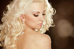 Fille de beauté avec les cheveux bouclés blonds. Mode Art Woman Portrait photographie stock libre de droits