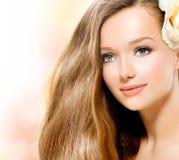 Fille de beauté avec Rose Images stock