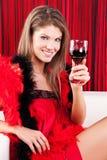 Fille de beauté avec une glace de vin rouge Photographie stock libre de droits