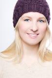 Fille de beauté dans un chapeau chaud Images stock