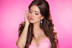 Fille de beauté de mode d'isolement sur le fond rose. Femme magnifique photographie stock libre de droits