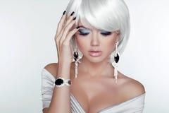 Fille de beauté de mode. Portrait de femme avec les cheveux courts blancs. Bijou Photographie stock