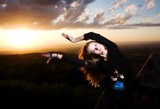 Fille de beauté et danses de coucher du soleil Photos libres de droits