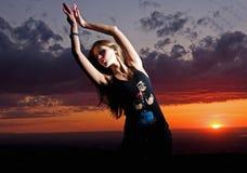 Fille de beauté et danses de coucher du soleil Photos stock