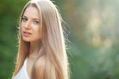 Fille de beauté. Portrait de belle jeune femme vous regardant. O Photos libres de droits