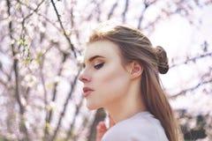 Fille de beauté de ressort avec de longs cheveux dehors Arbres de floraison Verticale romantique de jeune femme nature Portrait d Image libre de droits