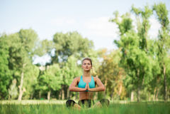 Fille de beauté de sport de forme physique faisant le yoga, forme physique et étirant l'exercice en parc Photos libres de droits
