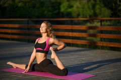 Fille de beauté de sport de forme physique faisant le yoga, forme physique et étirant l'exercice en parc Images libres de droits