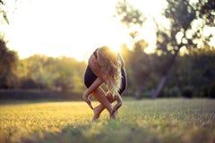 Fille de beauté de sport de forme physique faisant le yoga, forme physique et étirant l'exercice en parc, sports en plein air Images stock