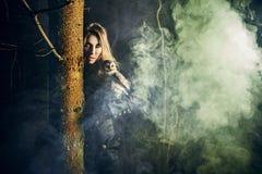 Fille de beauté sur le brouillard. Images libres de droits