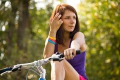 Fille de beauté sur le vélo dans le jour d'été Image libre de droits