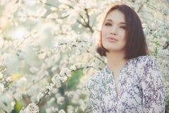 Fille de beauté de ressort avec l'arbre de floraison de Sakura Photo libre de droits
