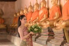 Fille de Beautifui dans le costume traditionnel thaïlandais photographie stock
