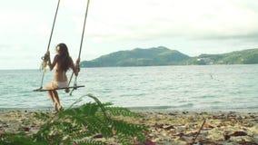Fille de bikini détendant sur le paradis tropical de plage banque de vidéos