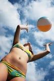 Fille de bikini jetant la bille en l'air de plage photos stock