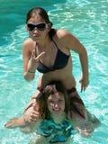 Fille de bikini sur des épaules Photographie stock