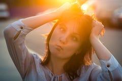 Fille de brune au fond de ciel bleu d'été photographie stock libre de droits