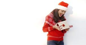 Fille de brune en Santa Claus Hat Opening Gift clips vidéos