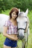 Fille de Brunette avec le cheval Photographie stock