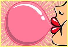 Fille de bubble-gum avec le bubblegum de soufflement de rouge à lèvres rouge Photos libres de droits