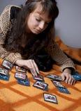 fille de cartes affichée qui Photo stock