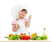 Fille de chef préparant la nourriture saine photo stock