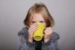 Fille de cheveux de Bblond petite par tasse de thé chaud dans des mains Enfant malade Concept de soins de santé de grippe d'hiver images libres de droits