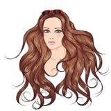 Fille de cheveux de brune de visage longue dans des lunettes de soleil Photo libre de droits