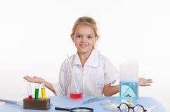 Fille de chimiste dans la classe de chimie Photographie stock