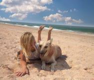Fille de concept d'amitié avec son mensonge de chien Images stock