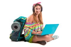 Fille de d?placement avec l'ordinateur portable image stock