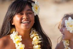 Fille de danse polynésienne heureuse à la plage Photo stock