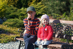 Fille de deux ans avec son frère dans le jardin photographie stock