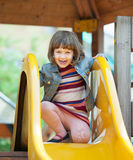 Fille de deux ans heureuse sur la glissière Photos libres de droits