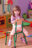 Fille de deux ans jouant et apprenant dans l'école maternelle images libres de droits