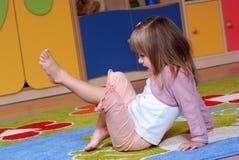 Fille de deux ans jouant et apprenant dans l'école maternelle Photo libre de droits