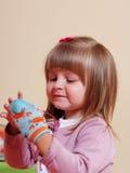 Fille de deux ans jouant et apprenant dans l'école maternelle Images stock