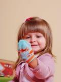 Fille de deux ans jouant et apprenant dans l'école maternelle Photographie stock