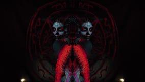 Fille de diable avec la peinture de corps sur le corps entier sous forme d'enfer, montage