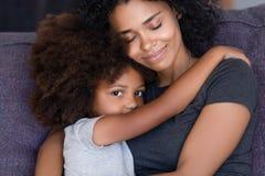 Fille de embrassement tirée principale de mère d'Afro-américain de portrait photo stock
