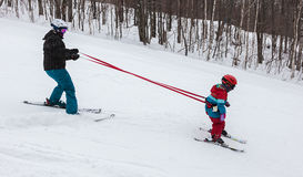 Fille de enseignement de mère à skier chez Mont-Tremblant Ski Resort Photo libre de droits