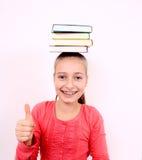 Fille de Fanny avec le signe EN BON ÉTAT et livres sur la tête Image stock