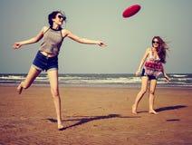 Fille de femelle d'été de côte de froid de plage de frisbee Photographie stock