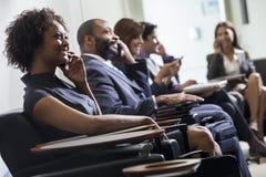 Fille de femme d'Afro-américain sur l'aéroport de téléphone portable Images stock