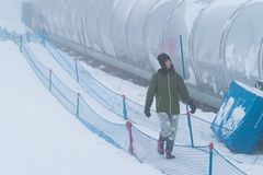 Fille de femme dans l'habillement d'hiver de station de sports d'hiver du Japon photographie stock