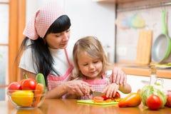 Fille de femme et d'enfant préparant la nourriture saine Photographie stock libre de droits